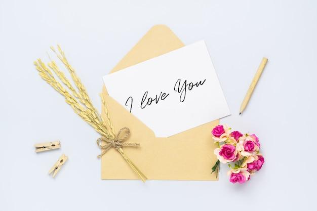 Mockup ansichtkaart of kaart en envelop met ambachtelijke roze bloem