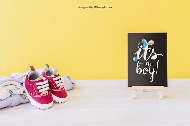 Mockup de bebé niño con tabla