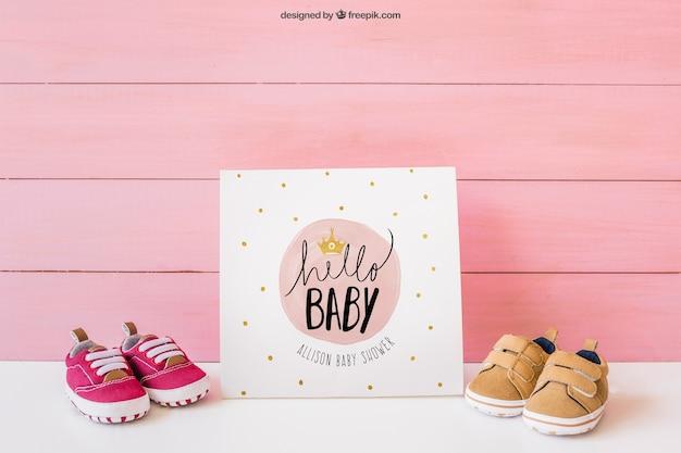 Mockup de bebé con papel y zapatos