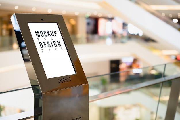 Mockup bord lightbox met wazig winkelcentrum