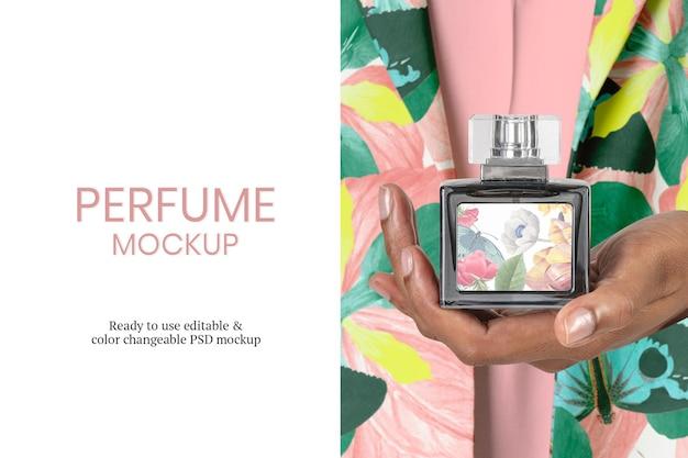 Mockup de botella de perfume psd en mano de mujer
