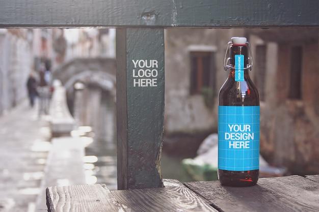 Mockup bottiglia di birra canal bridge