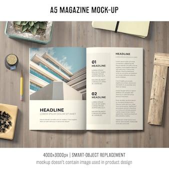 Mockup brochure a5 sul tavolo