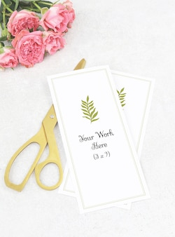 Mockup bruiloft menu met gouden schaar en roze rozen