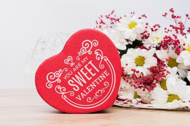 Mockup de caja en forma de corazón para san valentin