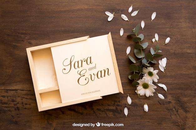 Mockup de caja de madera abierta y flores