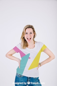 Mockup de camiseta con mujer feliz