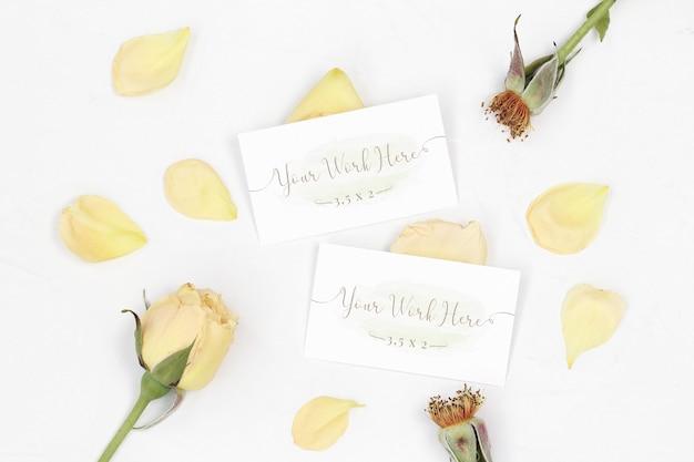 Mockup carta di nome con petali di rosa
