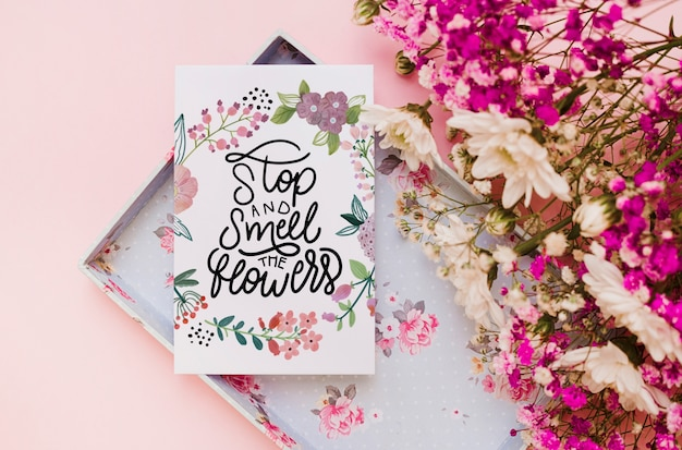 Mockup de carta de papel con decoración floral