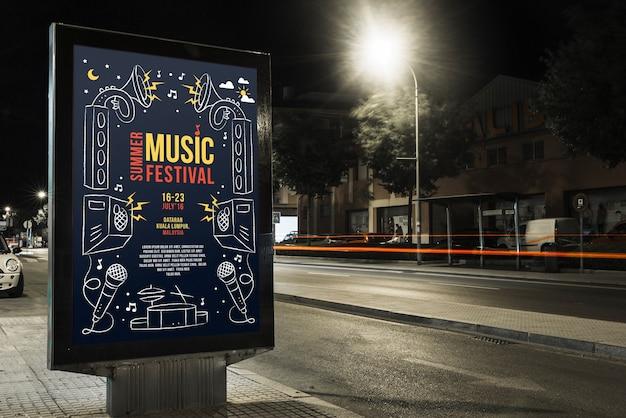 Mockup de cartel en ciudad de noche