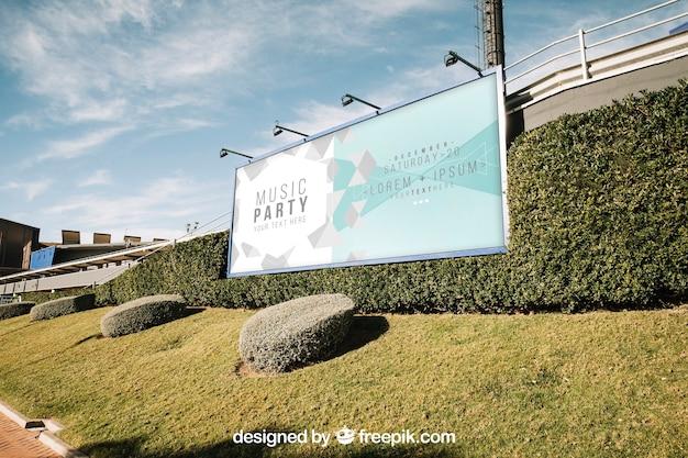 Mockup de cartel en entorno verde de ciudad