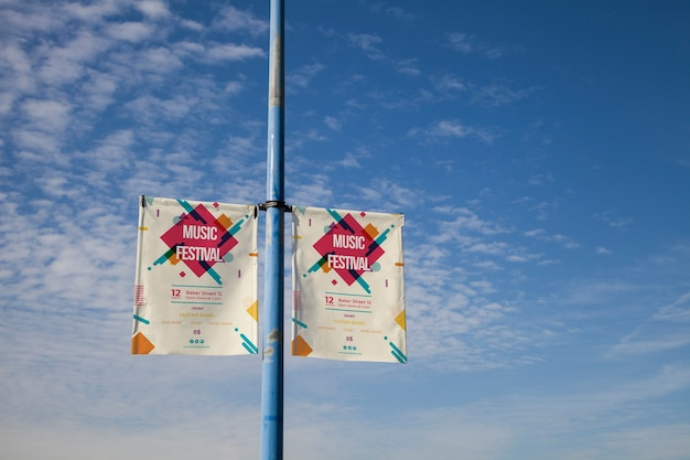 Mockup de cartel gigante sobre fondo de cielo azul