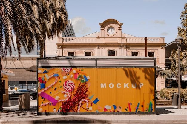 Mockup de cartelera en entorno urbano