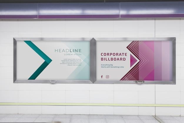 Mockup cartellone pubblicitario nella stazione della metropolitana