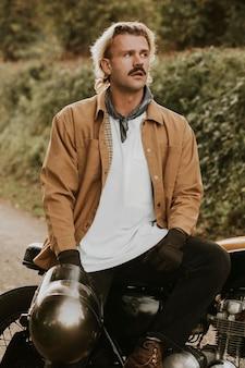 Mockup de chaqueta psd en modelo masculino urbano