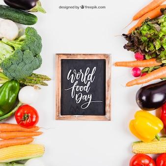 Mockup de comida sana fresca con pizarra en medio