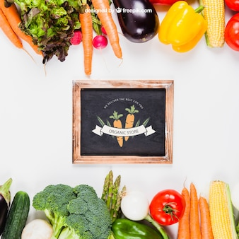 Mockup de comida sana con pizarra en medio