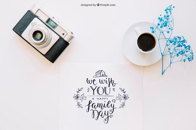 Mockup con caffè e macchina fotografica