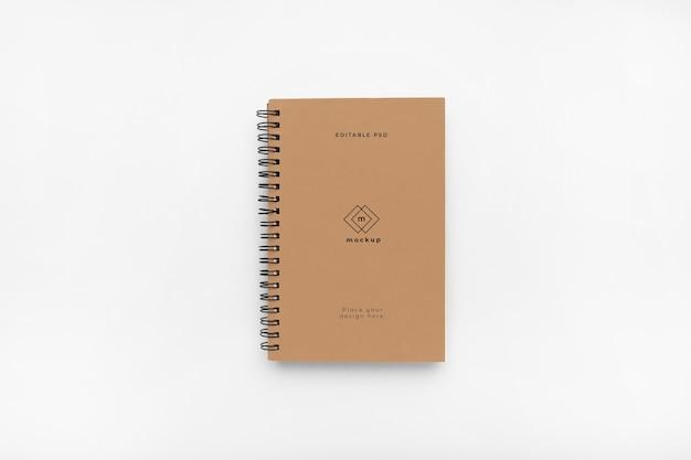 Mockup con copertina rigida per notebook su sfondo bianco