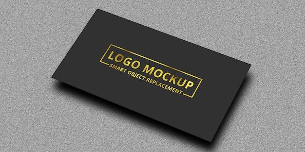 Mockup con logo in rilievo dorato