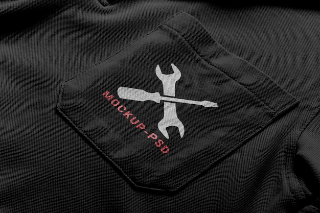 Mockup con logo pocket tee.