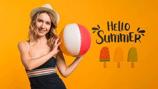 Mockup de copyspace con concepto de verano al lado de mujer atractiva PSD gratuito