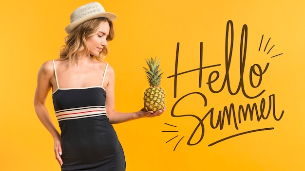 Mockup de copyspace con concepto de verano al lado de mujer atractiva