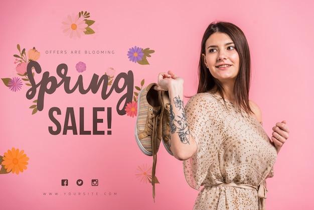 Mockup de copyspace para rebajas de primavera con mujer atractiva