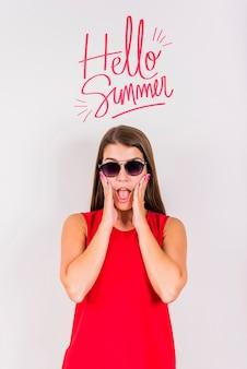 Mockup de copyspace para verano con chica alegre
