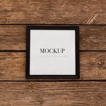 Mockup cornice nera su legno retrò