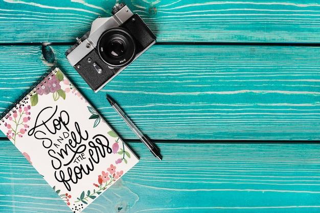 Mockup de cover de libro con cámara y copyspace