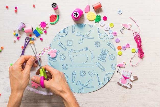 Mockup creativo de artesanía con manos