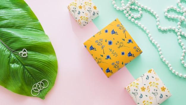 Mockup d'imballaggio con il concetto e la foglia dei gioielli