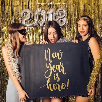 Mockup de año nuevo con tres chicas y tabla