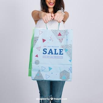 Mockup de bolsa de compras con mujer joven