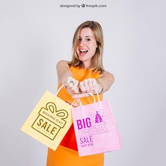 Mockup de bolsa de compras con mujer rubia