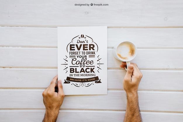 Mockup de desayuno con manos sujetando café