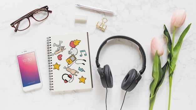 Mockup de música con cascos de música smartphone y libreta
