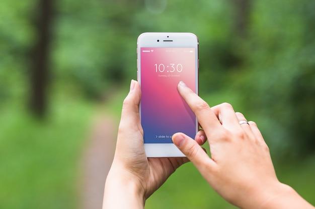 Mockup de pantalla de smartphone en bosque