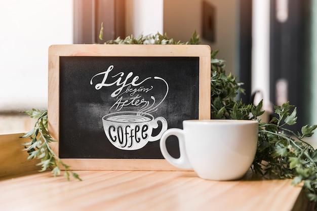 Mockup de pizarra con concepto de café