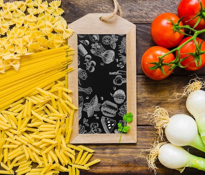Mockup de pizarra con concepto de pasta y verduras