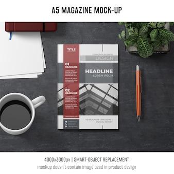 Mockup de revista a5 con café