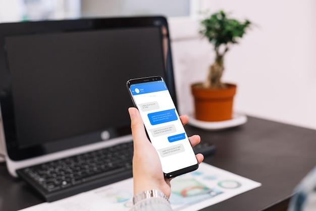 Mockup de smartphone enfrente de ordenador