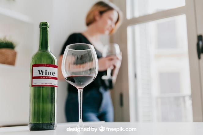 Mockup de vino con mujer