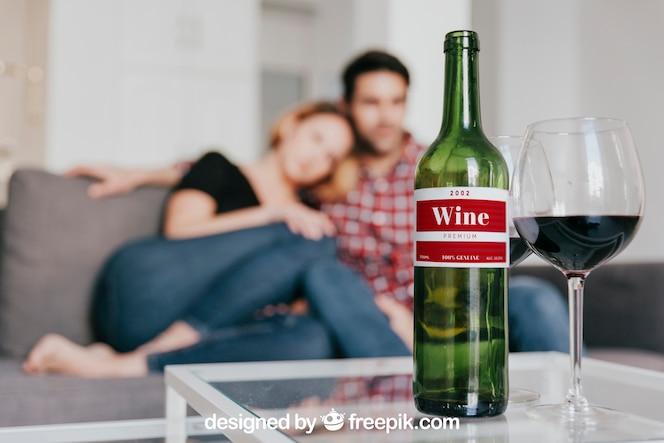 Mockup de vino con pareja en sofá