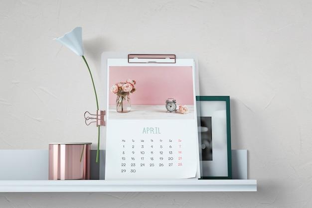 Mockup decorativo de calendario en estantería