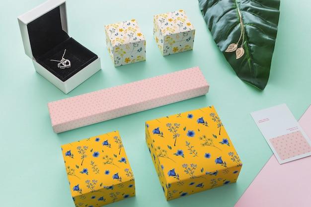 Mockup decorativo de joyería y packaging