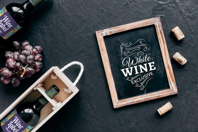 Mockup decorativo de vino y pizarra de vista superior