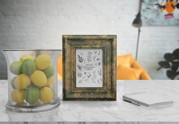 Mockup decorativo de marco en mesa en casa