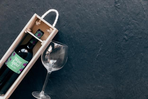 Mockup decorativo de vino con copyspace a la derecha